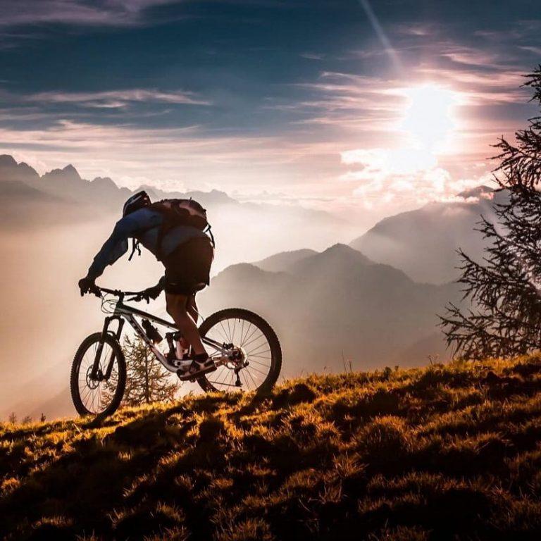 Panorama Prijedora u suvečerje biciklizam